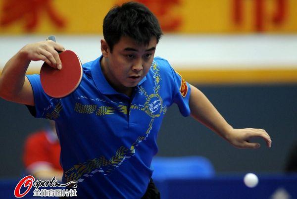 图文:乒乓球全锦赛男团决赛 王皓反拍扣杀