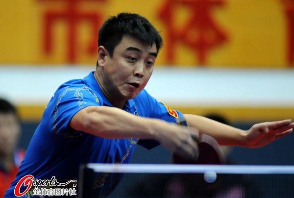 图文:乒乓球全锦赛男团决赛 王皓大力回球