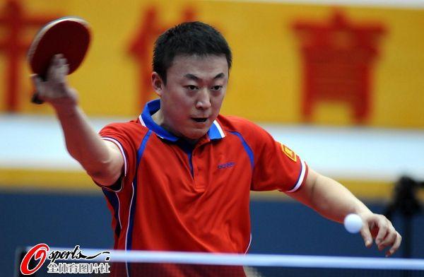 图文:乒乓球全锦赛男团决赛 马琳反拍扣杀