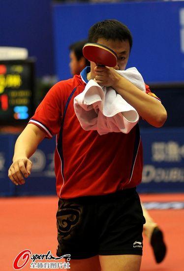 图文:乒乓球全锦赛男团决赛 马琳擦拭汗水