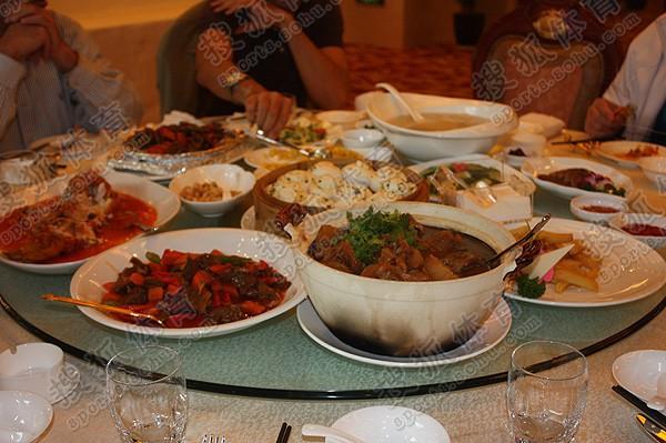 饭店提前准备了豪华的套房和可口的中国饭菜,但是一个小意外仍然