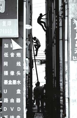 两小偷跑上楼顶,准备从下水管道爬下逃跑时,被警方截住