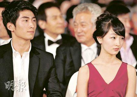 窦骁与周冬雨晚上一起盛装出席釜山电影节开幕式。