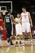 图文:[NBA]火箭迎战马刺 姚明和邓肯打招呼