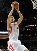 图文:[NBA]季前赛火箭VS马刺 姚明强势摘板