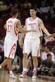 图文:[NBA]季前赛火箭VS马刺 姚明马丁击掌