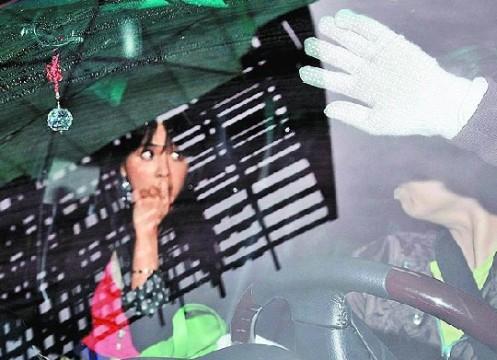 蔡依林与母亲坐车回新家,蔡妈拒绝回应女儿恋情