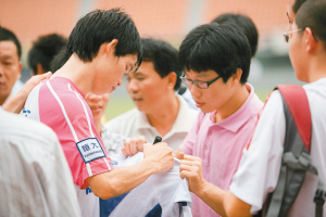 李健华给球迷签名 黄有海/摄