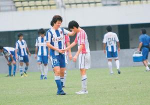 李毅身穿亨利经典的14号球衣替补登场,与昔日队友李健华叙旧。