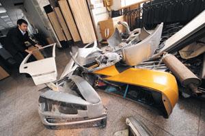 图为某保险公司定损中心内,堆满了事故车辆的受损零部件 摄/记者吴海浪