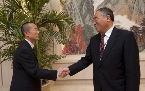 解振华与绿色和平中国项目总监施鹏翔的合影。摄影者:绿色和平/Simon Lim