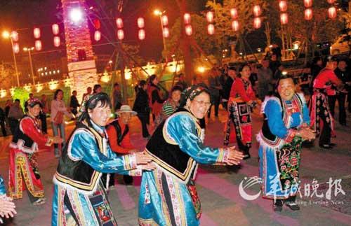 广州援建的威州镇锅庄广场,人们跳起欢快的锅庄舞 羊城晚报记者 陈秋明 摄
