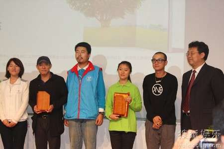 李连杰先生接受演讲嘉宾纪念牌