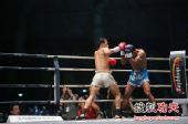 图文:中国拳王康恩马来西亚遭KO 康恩挥拳瞬间