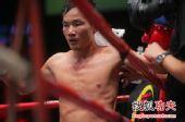 图文:中国拳王康恩马来西亚遭KO 康恩眼神涣散