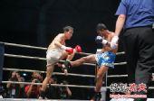 图文:中国拳王康恩马来西亚遭KO 康恩腿部格挡