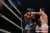 图文:中国拳王康恩马来西亚遭KO 康恩进攻瞬间