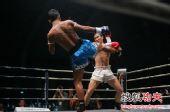 图文:中国拳王康恩马来西亚遭KO 康恩防守瞬间