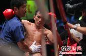 图文:中国拳王康恩马来西亚遭KO 裁判搀扶退场