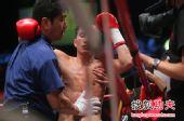 图文:中国拳王康恩马来西亚遭KO 轻微脑震荡