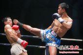图文:中国拳王康恩马来西亚遭KO 闪避对手腿法