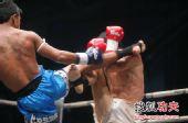 图文:中国拳王康恩马来西亚遭KO 防对手高鞭腿