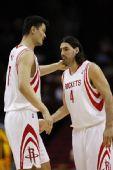 图文:[NBA]火箭迎战步行者 姚明与斯科拉