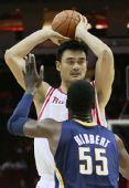 图文:[NBA]火箭迎战步行者 姚明传球