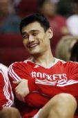 图文:[NBA]火箭迎战步行者 姚明在场边