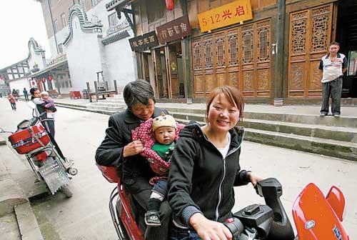 """佛山援建的水磨镇极力打造""""旅游"""",禅寿老街的居民生活得到改善,个个笑盈盈 羊城晚报记者 陈秋明 摄"""