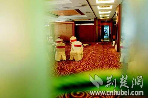 图为:昨日中午,宴会厅不敢开门迎客 (记者程平、饶纯武 摄)