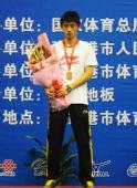 图文:张继科夺得男单冠军 张继科在领奖台上