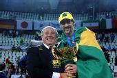 图文:巴西男排获世锦赛冠军 巴西队长举杯