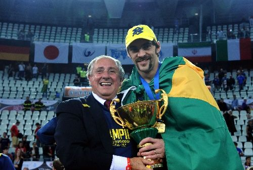巴西队长身披国旗举奖杯
