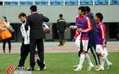 图文:[亚青赛]国青0-2朝鲜 宿茂臻安慰爱徒
