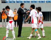 图文:[亚青赛]国青0-2朝鲜 宿茂臻安慰队员