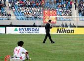 图文:[亚青赛]国青0-2朝鲜 悲凉的背影
