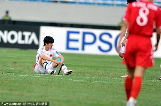 图文:[亚青赛]国青0-2朝鲜 王彤坐在地上