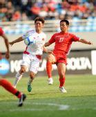 图文:[亚青赛]国青0-2朝鲜 李智�i拼抢积极
