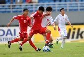 图文:[亚青赛]国青0-2朝鲜 张稀哲拦截