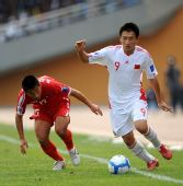图文:[亚青赛]国青0-2朝鲜 谭天澄追球