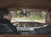 俄总统梅德韦杰夫亲自为施瓦辛格驾车/图