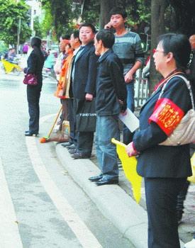 一位女干部站在街头参与交通管理