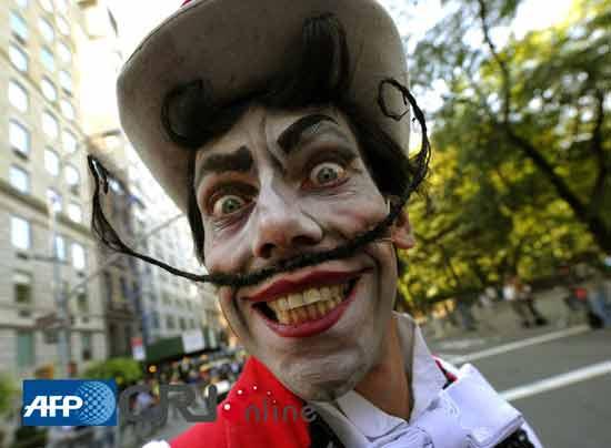 来自意大利剧木偶奇遇记的剧成员在纽约曼哈顿第五大道进行街头表演。图