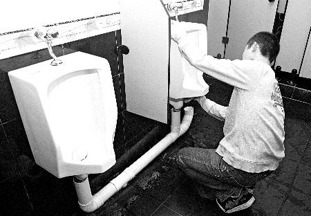 小阳正在清洗茶楼的厕所