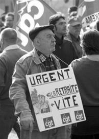 人们抗议退休制度改革