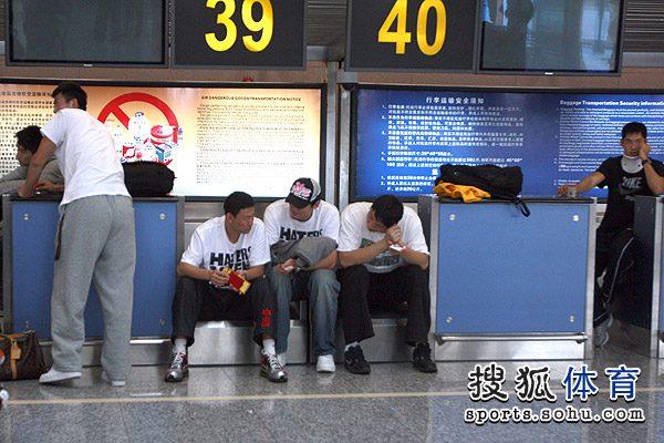 图文:男篮启程回京 李楠与队员
