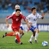 图文:[亚青赛]朝鲜2-0韩国 李赫哲拼抢