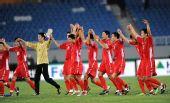 图文:[亚青赛]朝鲜2-0韩国 朝鲜队员答谢观众