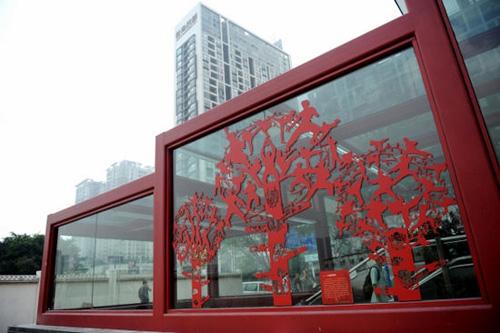 广佛线西朗、金融高新区、南桂等站,整条线路墙面以佛山陶为主,别具广佛特色。